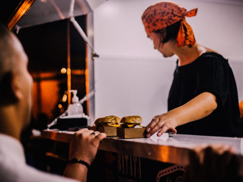 burger-cheeseburger-employee-1247755